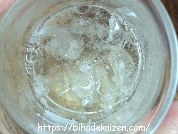 精製水に入れたヒアルロン酸パウダー