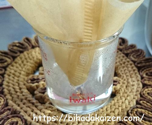 ヘチマ水を濾す